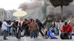 WCENTER 0XKBAIQHBN                20090108 - ROSARNO (REGGIO CALABRIA)  -ROSARNO: PROTESTE ABITANTI, SCONTRI CON FORZE ORDINE. Un momento della manifestazione degli immigrati questa mattina 8 gennaio 2010 a Rosarno (Reggio Calabria) dove e' ripresa  la protesta degli immigrati africani dopo gli scontri di ieri sera con le forze dell'ordine, con ferimento di alcune persone e danneggiamento di centinaia di auto. ANSA/FRANCO CUFARI /DC
